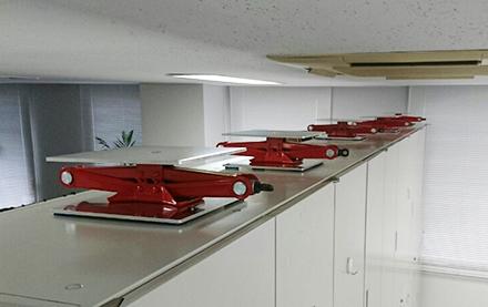 棚・ロッカー・キャビネット用ジャッキ型転倒防止 使用例