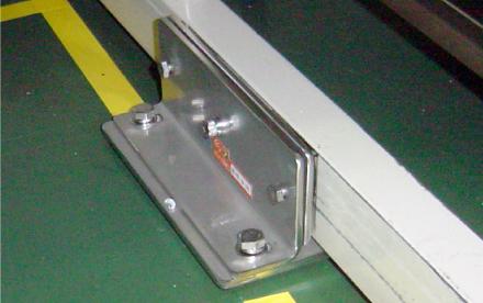 冷蔵庫・恒温槽・書棚・卓上理化学機器用耐震金具 使用例
