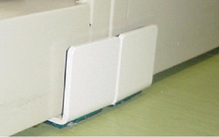 軽量ロッカー・掃除用具キャビネット用耐震金具 使用例